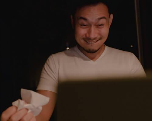 Homme excité qui regarde le porno